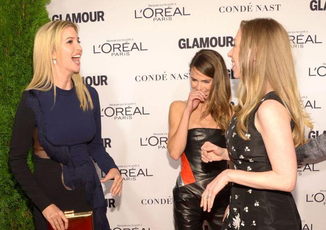 Od lewej: Ivanka Trump, Keri Russell i Chelsea Clinton w 2014 roku