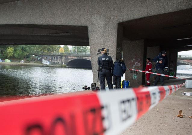 Policja na miejscu ataku nożownika na nastolatka w Hamburgu
