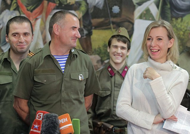 Rzeczniczka rosyjskiego MSZ Maria Zacharowa i przewodniczący polskiego stowarzyszenia wojskowo-patriotycznego Kursk Jerzy Tyc