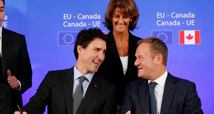 Premier Kanady JustinTrudeau i Donald Tusk podczas podpisania umowy CETA, 30,10. 2016