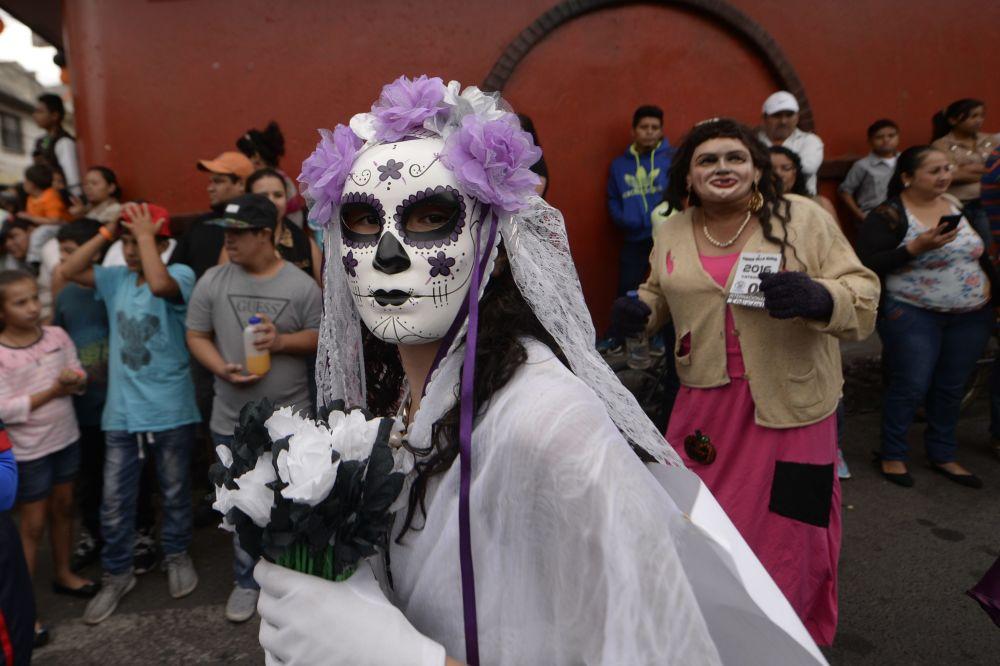 Dziewczyna w tradycyjnym przebraniu podczas festiwalu Convite de fieros w Gwatemali