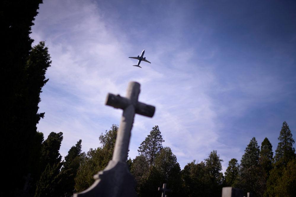 Samolot nad cmentarzem w Dzień Wszystkich Świętych w Hiszpanii