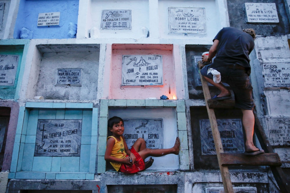 Ludzie na cmentarzu w Manili