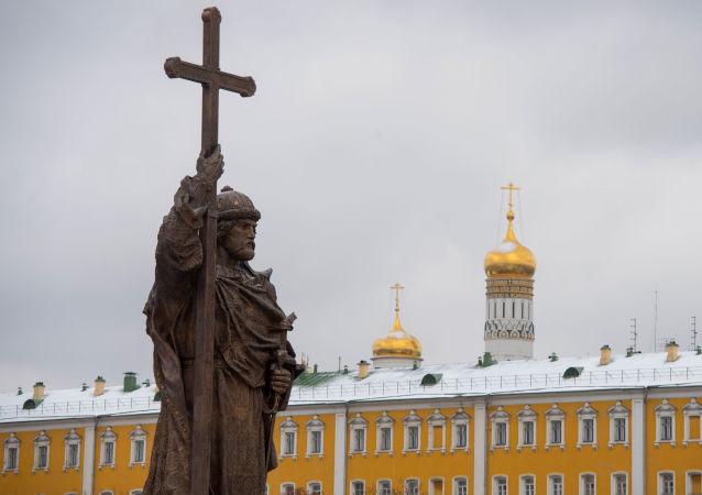 Putin osłonił pomnik św. Włodzimierza