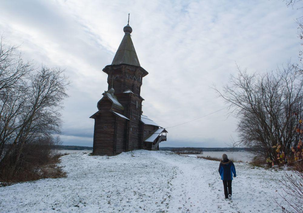 Cerkiew Zaśnięcia Matki Bożej w Kondopodze wznosi się na wysokość 42 metrów.