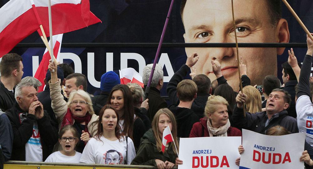 Wyborcy z portretem Andrzeja Duda na tle podczas kampanii wyborczej