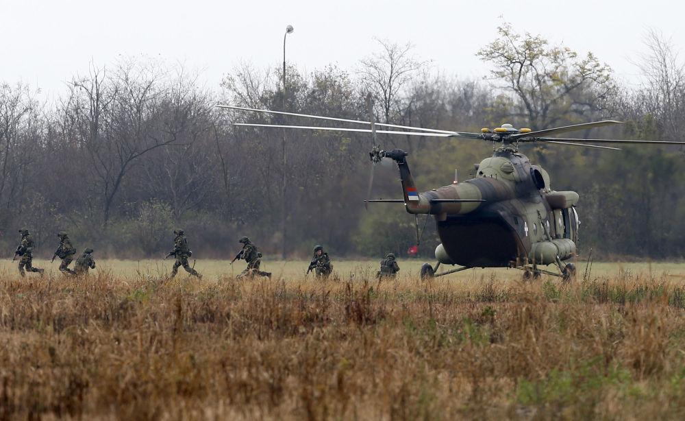 """Rosyjscy desantowcy naćwiczeniach """"Słowiańskie Braterstwo 2016"""" są wyposażeni w najnowsze kompleksywywiadu, łączności i kierowania""""Strzelec"""", które umożliwiają dowódcy za pomocą tabletu wydawać rozkazy i śledzić ruchy wojsk."""