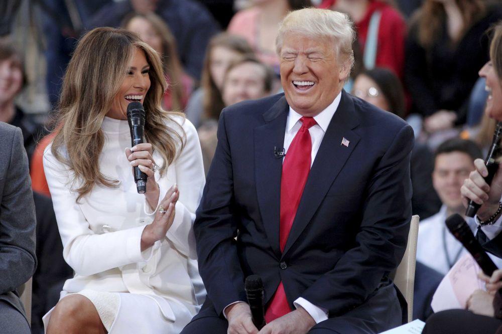 """O związku Trumpa z Melanią stało się głośno po wejściu na antenie reality show Trumpa show The Apprentice oraz po pojawieniu się pary w programie radiowym The Howard Stern Show, gdzie Trump nazwał ją """"miłością swojego życia""""."""