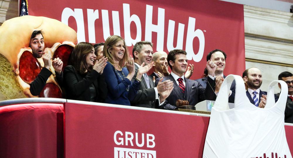 Dyrektor generalny firmy GrubHub Matt Maloney z pracownikami na nowojorskiej giełdzie