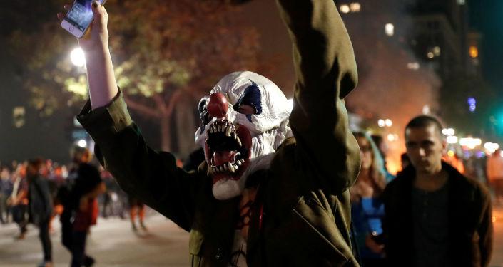 Protestujący mężczyzna w masce klauna w Kalifornii