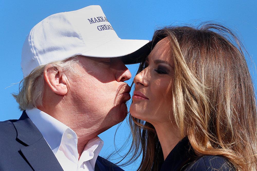 Donald Trump całuje swoją żonę Melanię Trump