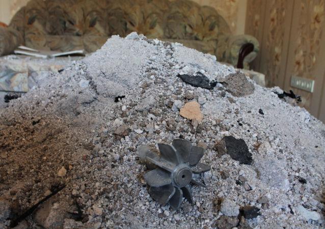 Fragment pocisku, który uderzył w budynek mieszkalny w wyniku ostrzału Doniecka przez ukraińskie siły bezpieczeństwa