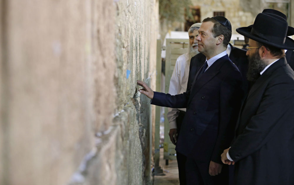 Premier Rosji Dmitrij Miedwiediew przy Ścianie Płaczu w Jerozolimie