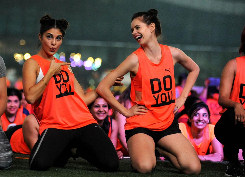 Indyjskie aktorki Jacqueline Fernandez (z lewej) i Kalki Koechlin (z prawej) podczas próby pobicia światowego rekordu w licznie osób wykonujących jednocześnie ćwiczenie deska w czasie obchodów Światowego Dnia Dziewczynek w Mombaju, 06.11.2016