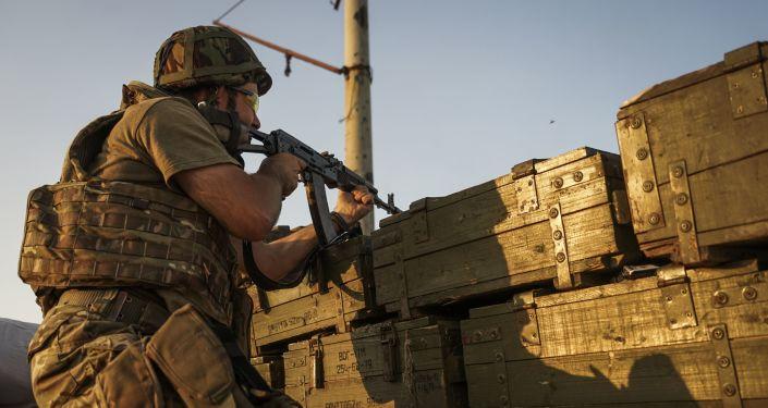 Ukraiński wojskowy strzela w obwodzie donieckim