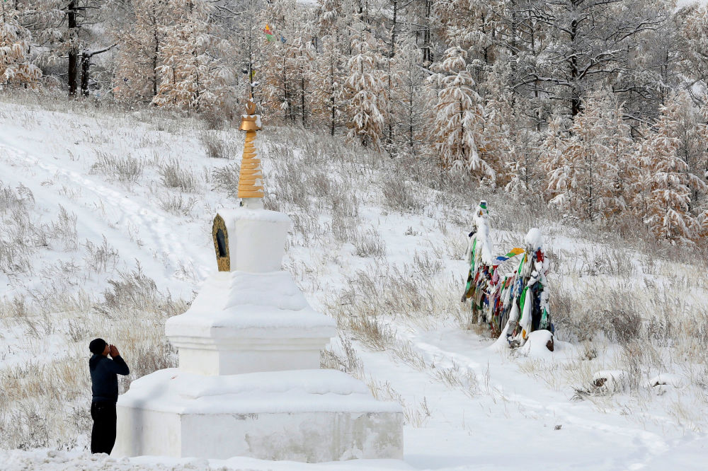 Buddysta modli się przy świątyni obok trasy M54 niedaleko miasta Kyzyl