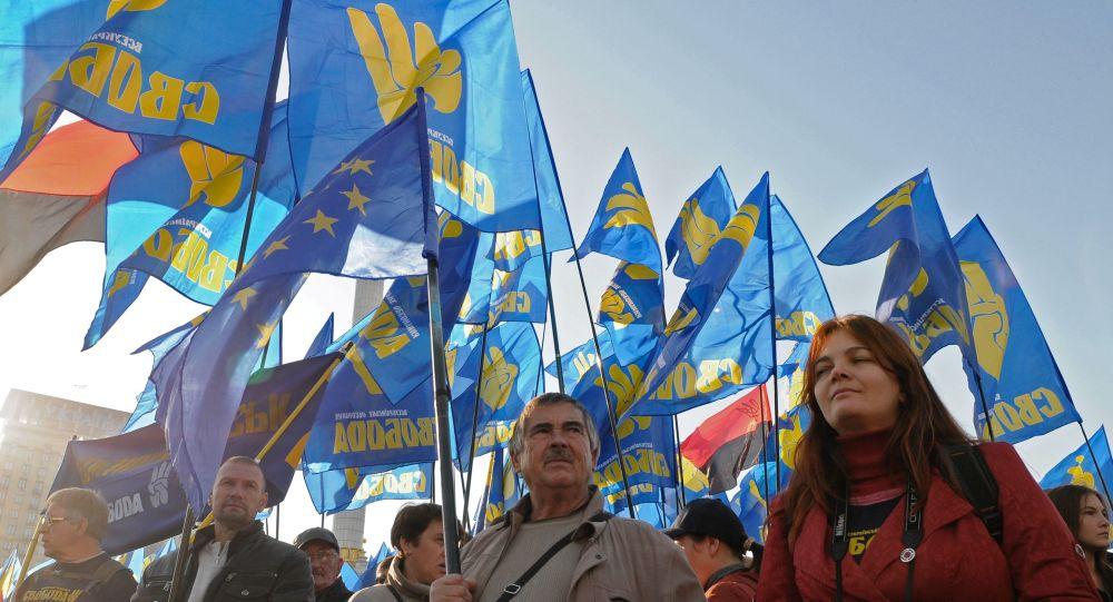 Zwolennicy partii Swoboda podczas marszu w Kijowie