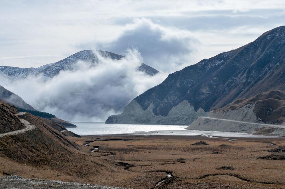 Ukryte wśród szczytów górskich jezioro jest uważane za największą atrakcję turystyczną nie tylko Czeczenii, ale i całego Kaukazu.