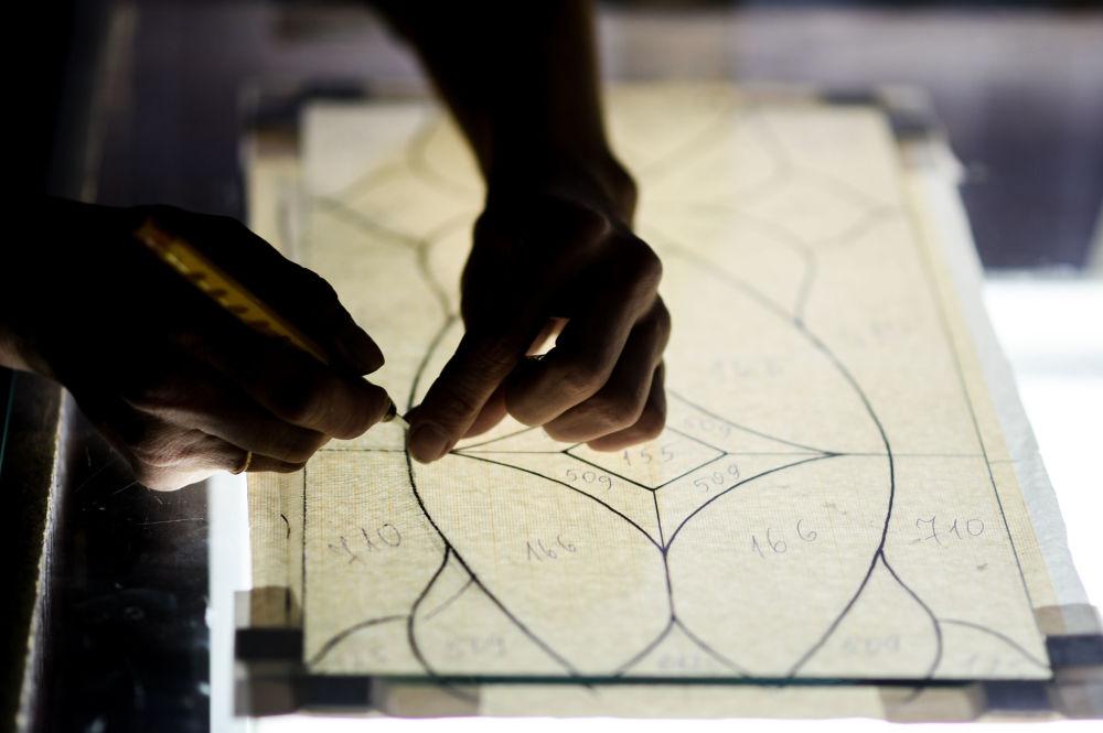 Czas potrzebny do stworzenia jednego witrażu zależy od ilości elementów na metr kwadratowy: może ich być równie dobrze cztery, jak i sto.