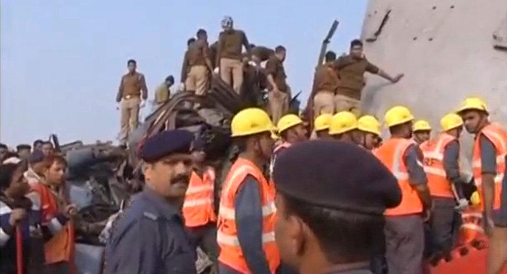 Do tragedii doszło nad ranem w pobliżu miasta Pukhrayan w stanie Uttar Pradeś, gdy większość pasażerów jeszcze spała