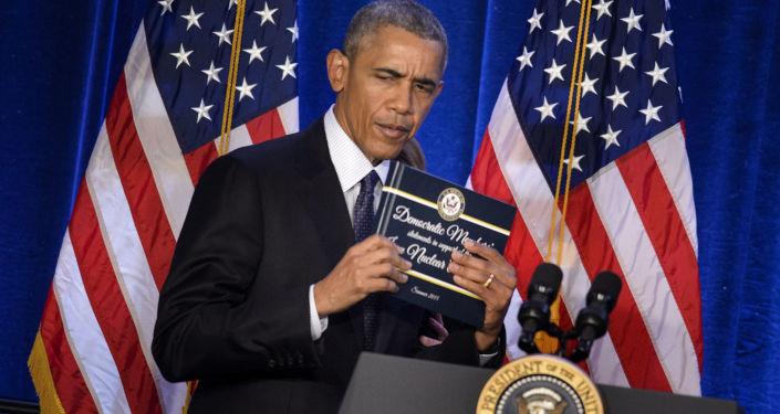 Prezydent USA Barack Obama trzyma kopię atomowego porozumienia