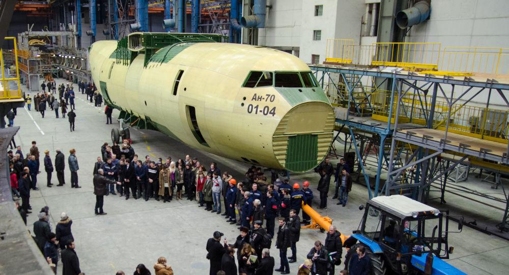 Prezentacja pierwszego egzemplarza samolotu wojskowo-transportowego An-70 wyprodukowanego przez ukraiński zakład Antonow