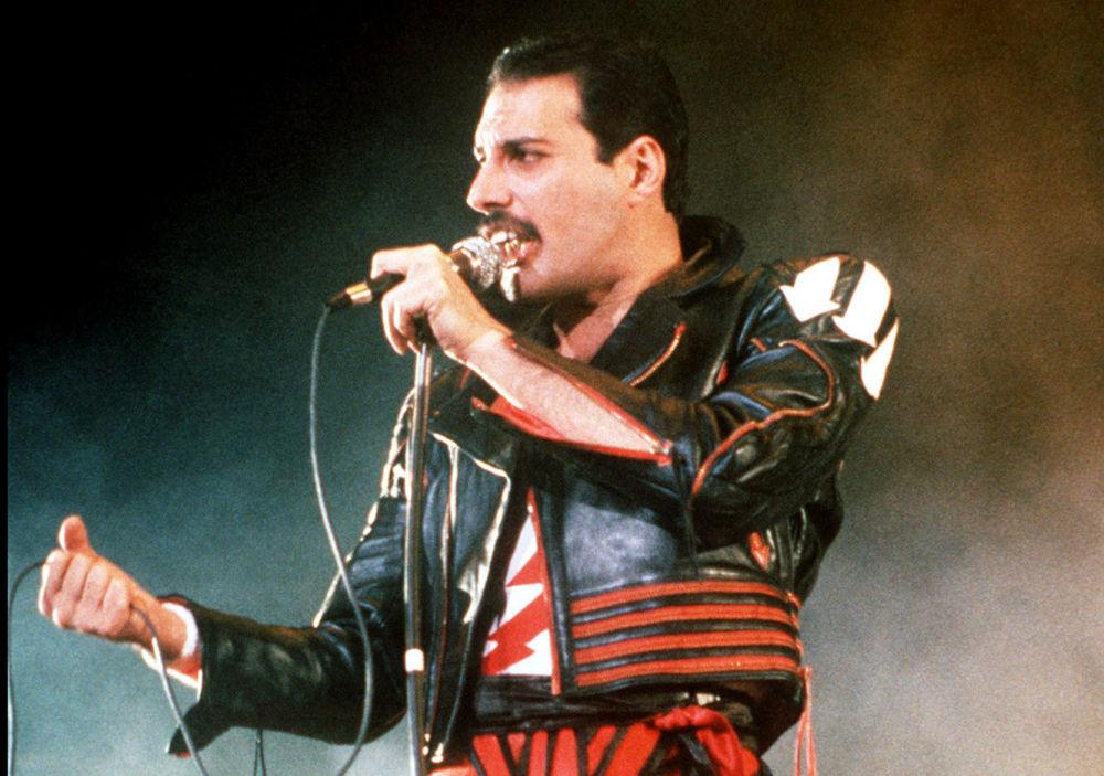 Wokalista zespołu Queen Freddie Mercury podczas występu w mieście Sydney w 1985 roku