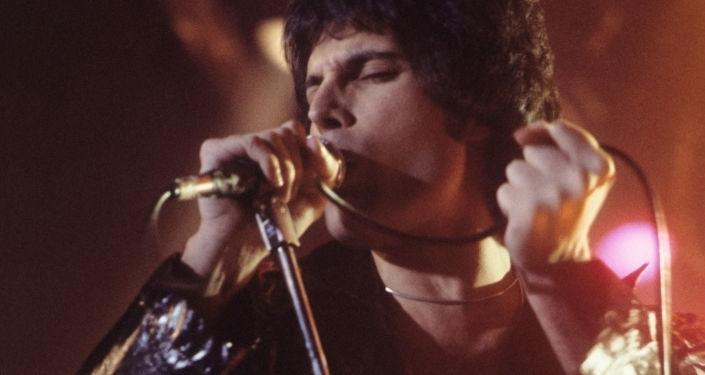 Вокалист группы Queen Фредди Меркьюри во время выступления в Нью-Хейвене, штат Коннектикут, США, 1977
