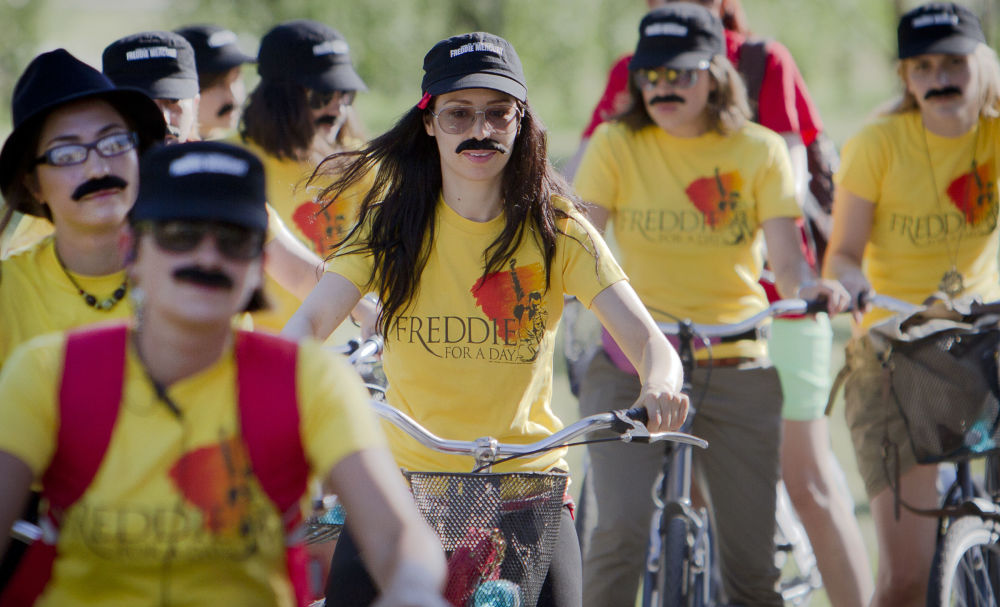 Fani na rajdzie rowerowym z okazji 65. rocznicy urodzin Freddiego Mercury'ego w Bukareszcie.