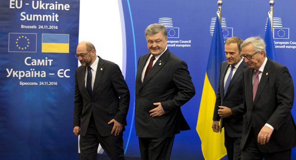 Przewodniczący Parlamentu Europejskiego Martin Schulz, prezydent Ukrainy Petro Poroszenko, szef Rady Europejskiej Donald Tusk i przewodniczący Komisji Europejskiej Jean-Claude Juncker na szczycie UE-Ukraina w Brukseli