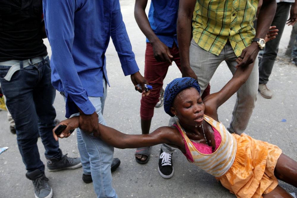 Kobieta, która ucierpiała na skutek użycia gazu łzawiącego podczas protestów na Haiti