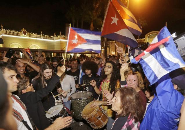 Reakcja amerykańskich Kubańczyków na wiadomość o śmierci Castro. Miami
