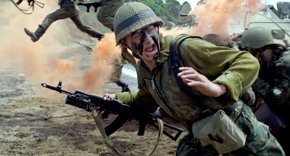 Żołnierze piechoty morskiej podczas ataku