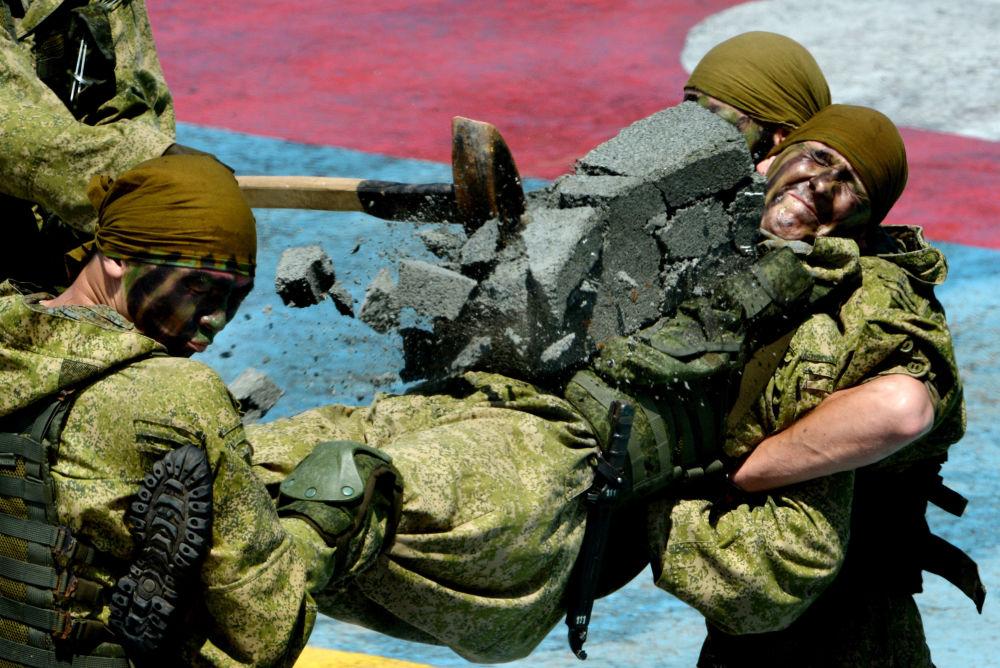 Występy pokazowe żołnierzy piechoty morskiej we Władywostoku