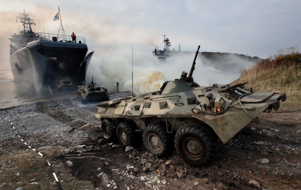Transportery opancerzone z żołnierzami piechoty morskiej podczas ćwiczeń w Kraju Nadmorskim