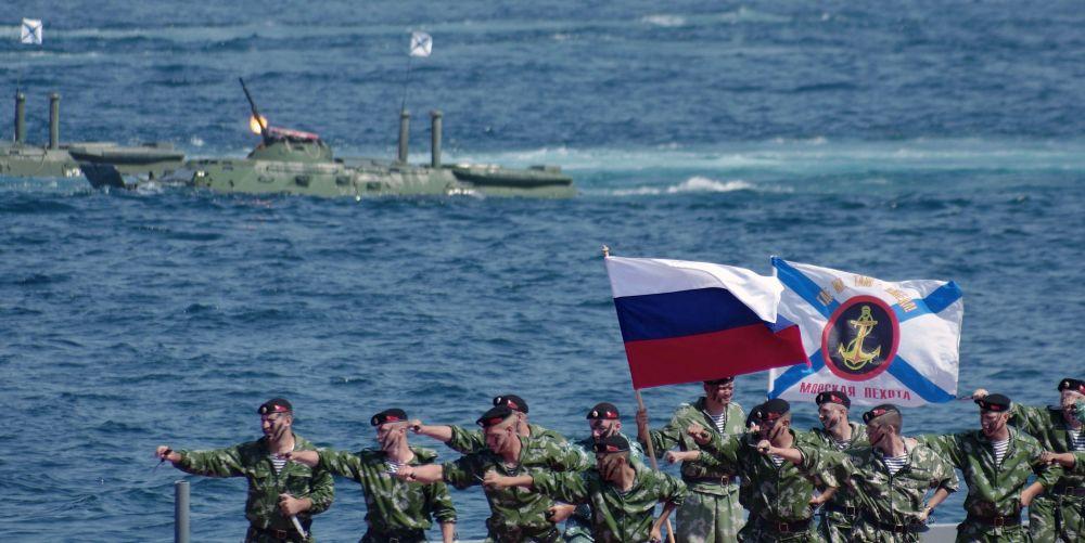 Żołnierze piechoty morskiej podczas obchodów Dnia piechoty morskiej w Sewastopolu