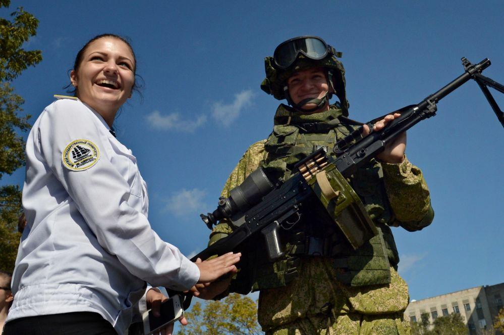 Żołnierz piechoty morskiej na wystawie uzbrojenia i sprzętu specjalnego we Władywostoku
