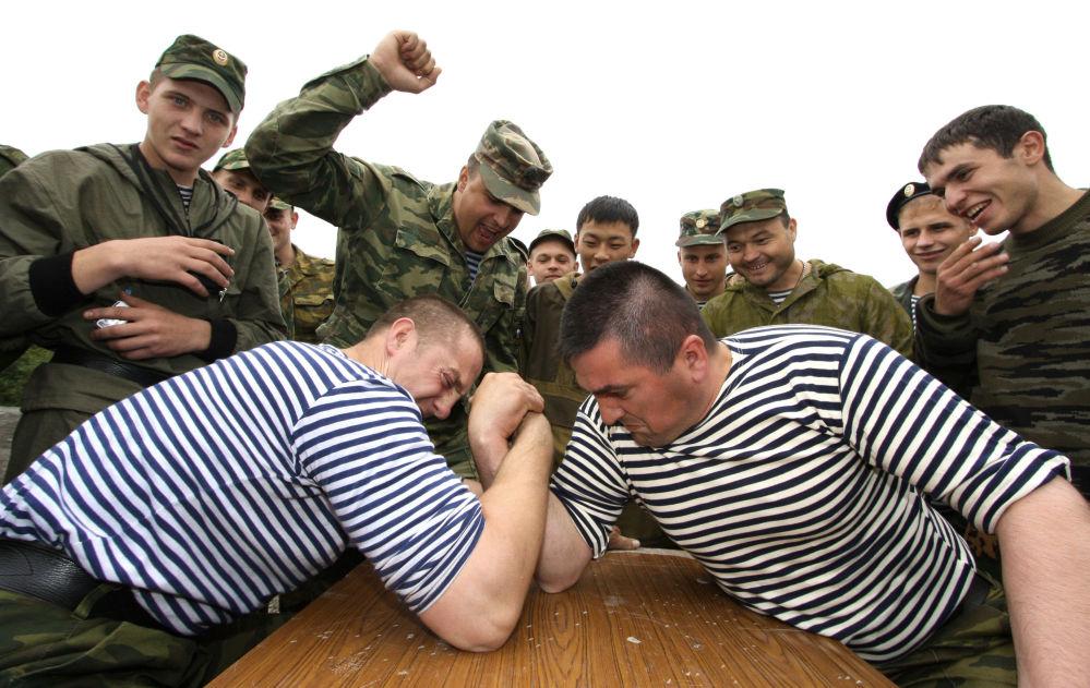 Żołnierze piechoty morskiej podczas siłowania na rękę