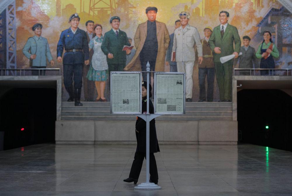 Fresk z wizerunkiem Kim Ir Sena na stacji metra w Pjongjangu