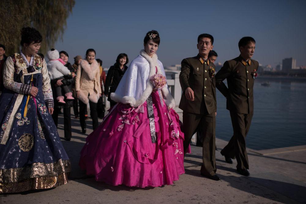 Państwo młodzi na promenadzie rzeki Taedong w Pjongjangu