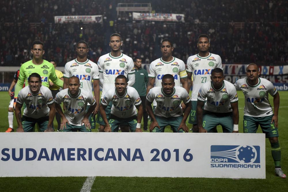 """Na pokładzie przebywali piłkarze brazylijskiego klubu """"Chapecoense, którzy lecieli do Madellin na pierwszy mecz finałowy Pucharu Południowoamerykańskiego (Copa Sudamericana) z drużyną Atlético Nacional S.A."""
