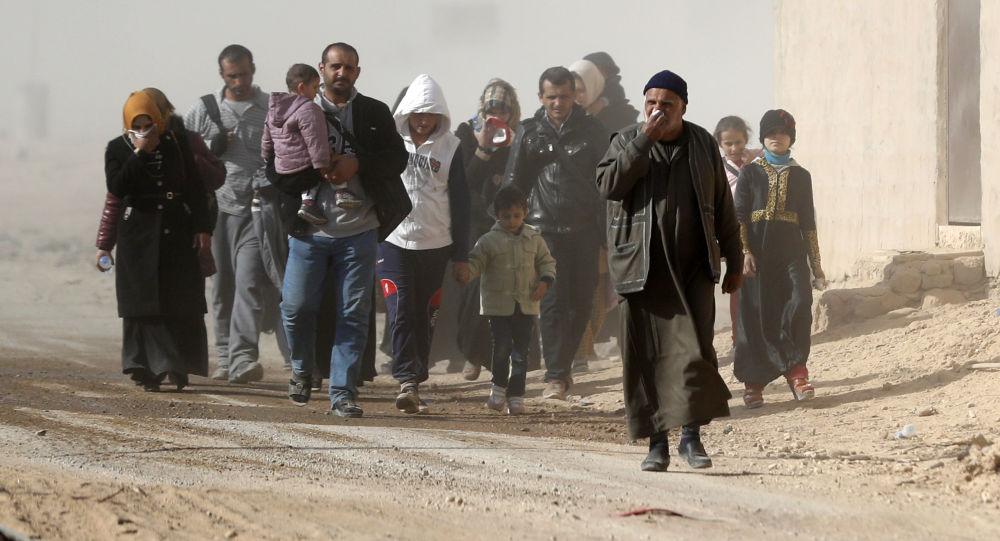 Mieszkańcy Mosulu przenoszą się do bezpiecznego obszaru podczas operacji wojskowej przeciwko Daesh w Iraku