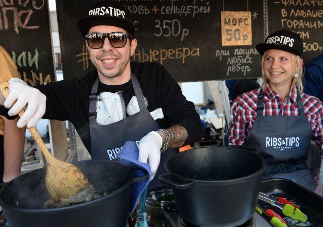 Uczestnicy festiwalu Miejskie Targi Jedzenia na letnim placu Muzeum Moskwy
