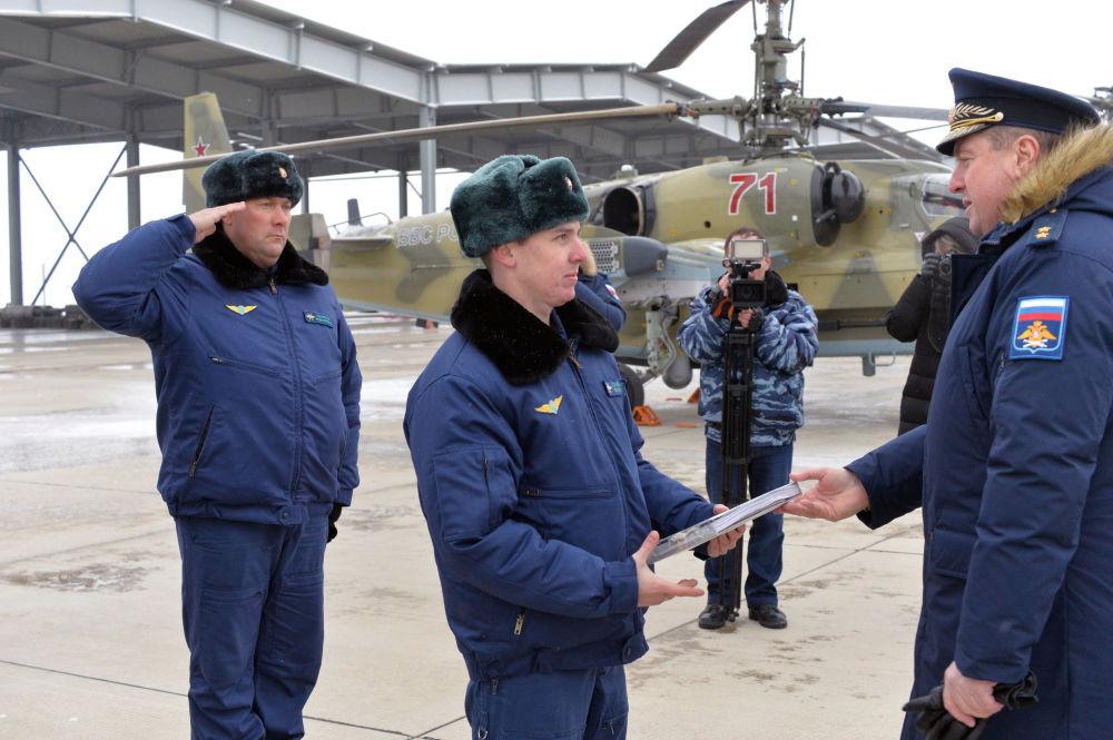 Uroczysta ceremonia przekazania nowych śmigłowców uderzeniowych Ka-52-Aligator personelowi Półku Śmigłowców Południowo-wschodniego okręgu w Krasnodarskim kraju