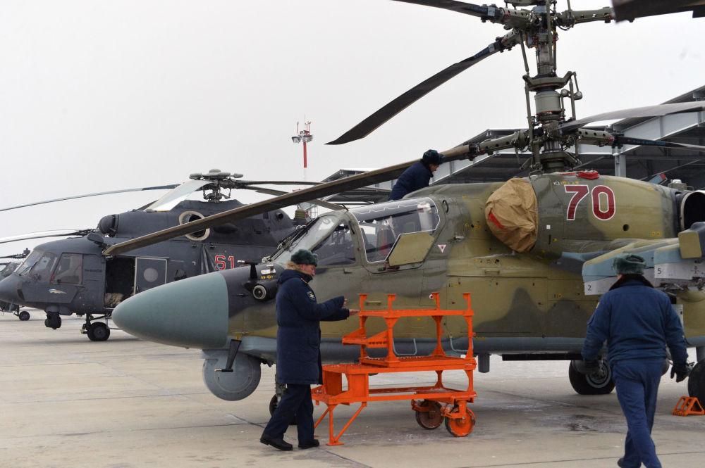 """Helikopter Ka-52 """"Aligator"""" po uroczystym przekazaniu personelowi Pułku Śmigłowców Południowo-wschodniego okręgu w Krasnodarskim kraju w ramach planowanej modernizacji"""