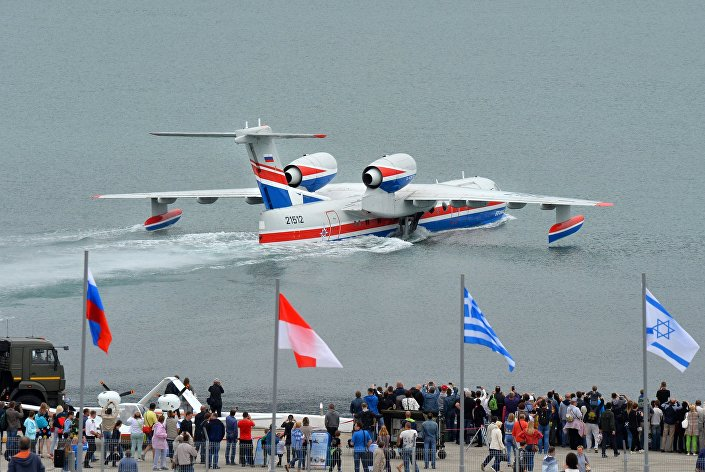 Rosyjski samolot amfibia Be-200CzS na wystawie międzynarodowej w Gelendżyku