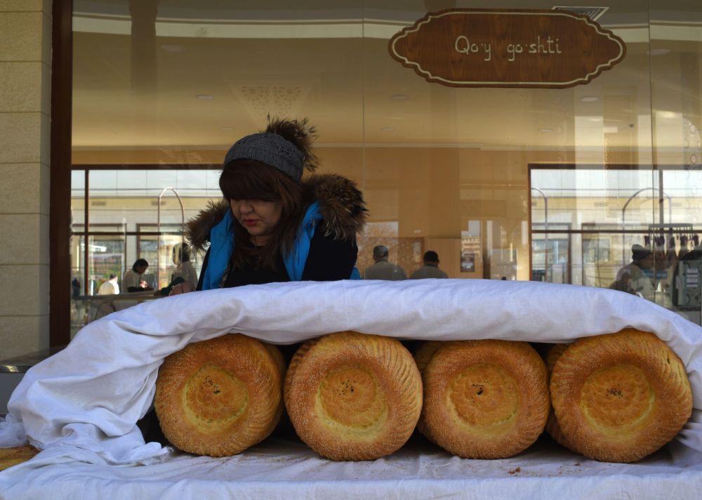 Kobieta sprzedaje chleb na bazarze Alajskim w Taszkencie.