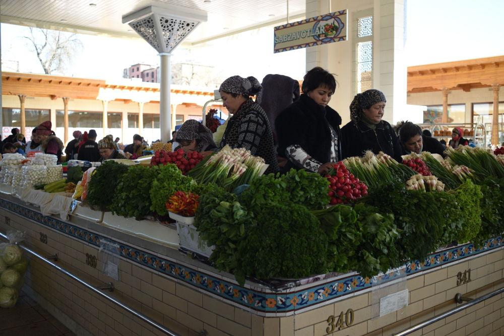 Sprzedaż zieleni na bazarze Alajskim w Taszkencie.