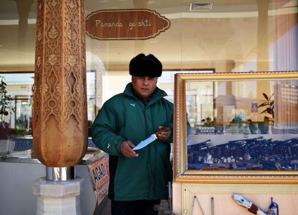 Sprzedawca noży na bazarze Alajskim w Taszkencie.