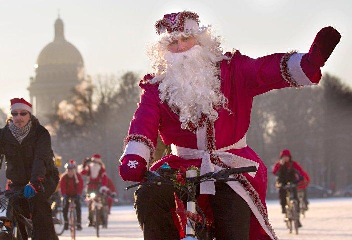 Coroczny petersburski rajd rowerowy Dziadków Mrozów i Śnieżynek